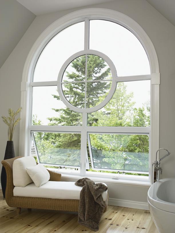 Une fenêtre à auvent en vinyle