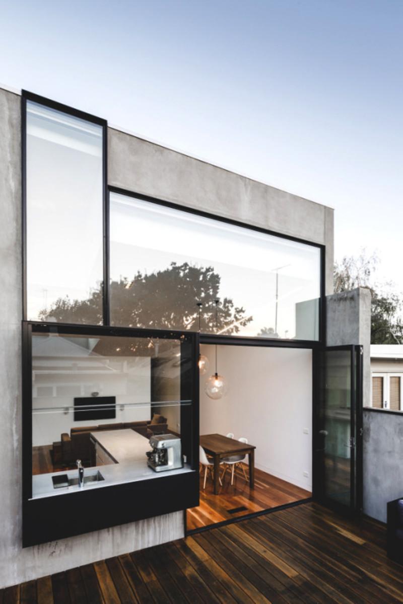 la vue panoramique d'une fenêtre allant du plancher au plafond avec une combinaison rare et ludique de fenêtres plus petites.