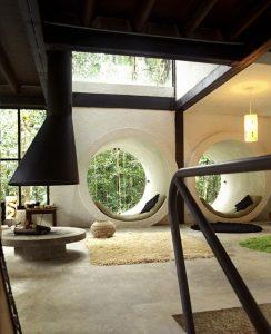 Les fenêtres circulaires sont uniques et invitantes.