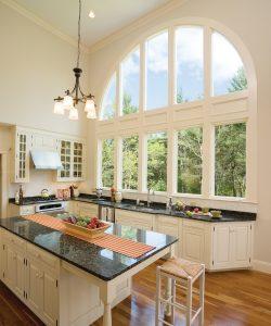 des fenêtres fixes en demi-lune ajoutent un style contemporain à une rangée de fenêtres à battant.