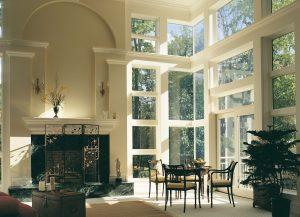 un mur de fenêtres fixes sur des murs adjacents crée un effet saisissant.