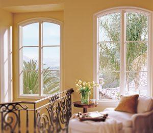 le simple ajout d'un haut arrondi ajoute du luxe et du raffinement pour ces deux fenêtres.