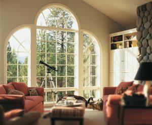 les fenêtres cintrées et les similibarrotins ajoutent du caractère et de la classe à cette fenêtre.