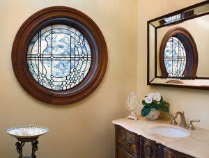 Procurez-vous une fenêtre cintrée sur mesure avec une insertion de vitrage décoratif pour un look distinctif et raffiné.